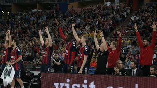 El banquillo del Baskonia celebra una canasta durante la Copa del Rey