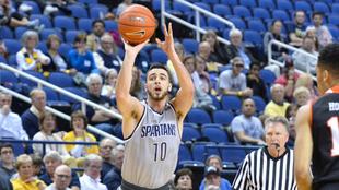 Francis Alonso lanzando un triple con UNC Greensboro en la NCAA