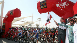 Dirigentes civiles y militares de Abu Dhabi dan el banderazo de salida...