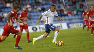 Suso Santana conduce el balón en el partido ante el Almería.