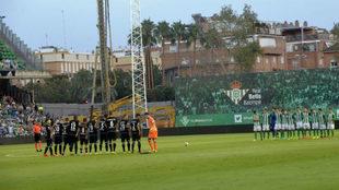 El Betis y el Deportivo guardan un minuto de silencio y, al fondo, las...