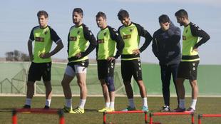 Toril bromea con sus jugadores en un entrenamiento.