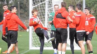 Inui bromea con sus compañeros en el entrenamiento de ayer del Eibar.