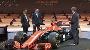 Boullier y Yusuke Hasegawa, con el nuevo MCL32.