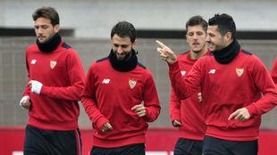 Vázquez, Pareja, Jovetic y Vitolo, en el entrenamiento de este...