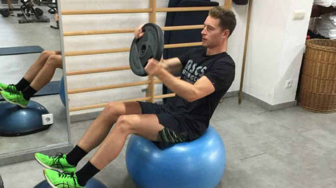 Stoffel Vandoorne trabaja en el gimnasio.