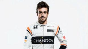 Alonso posa con su nuevo mono de 2017.