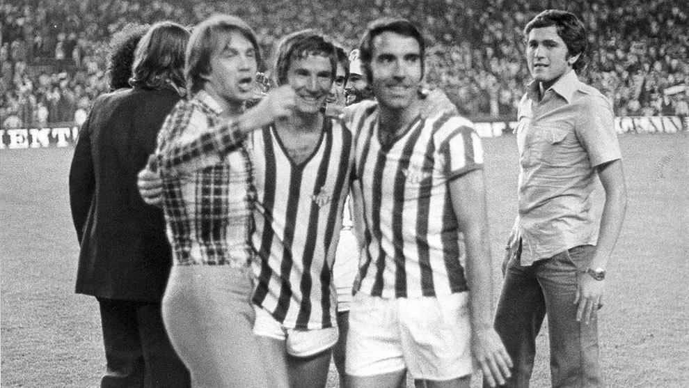 Gordillo, a la derecha, celebra el título de Copa del 77 en el...