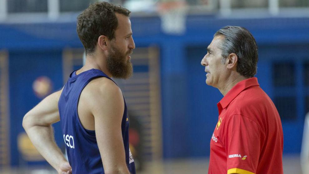 Scariolo charla con Sergio Rodríguez, uno de los 10 españoles que...
