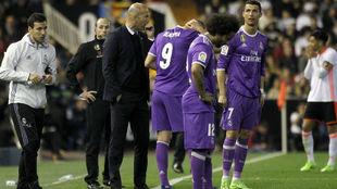 Zidane habla con Benzema en presencia de Marcelo y Ronaldo.