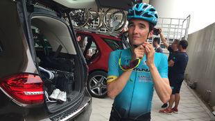 Pello Bilbao se ajusta el casco antes de salir en la segunda etapa del...