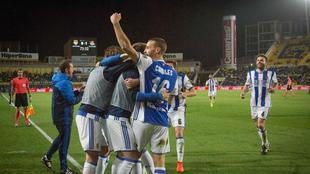 Los jugadores de la Real Sociedad celebran el gol de Xabi Prieto