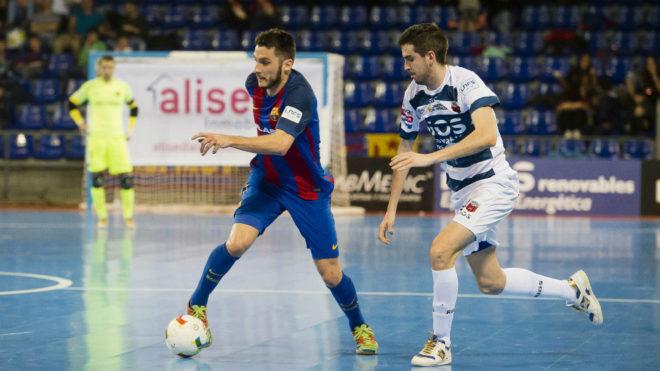 Dyego conduce el balón ante la presencia de Adri Ortego.