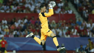 Sergio Rico atrapa un balón esta temporada