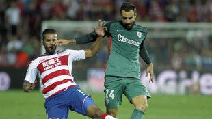 Balenziaga intenta hacerse con el balón ante Carcela, en el partido...