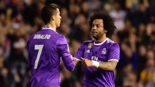 Cristiano y Marcelo celebran el gol del delantero portugués en...