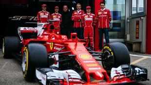 Dirigentes y pilotos de Ferrari posan con el Sf70H
