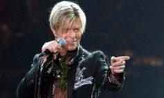 Bowie durante un concierto en el Color Line Arena en Hamburgo en 2003