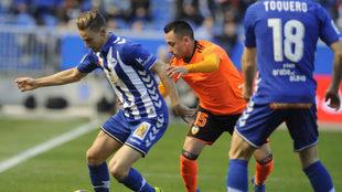 Orellana disputa un balón a Marcos Llorente.