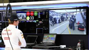 Max Verstappen, en su box de Red Bull