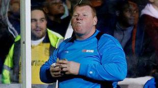 Shaw comiéndose un bocadillo en el choque ante el Arsenal.