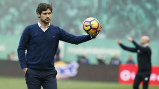 Víctor Sánchez coge un balón durante el derbi