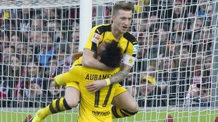 Reus y Aubameyang celebran un gol del Dortmund.