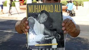 Un aficionado muestra una revista de Ali el d�a de su fallecimiento.