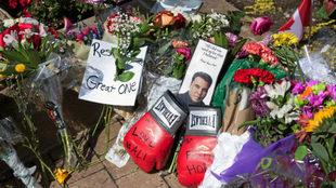 Flores y guantes de boxeo recuerdan a Ali, fallecido en junio de 2016