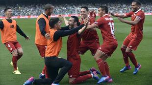 Iborra celebra el gol que da la victoria al Sevilla
