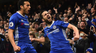 Pedro y Cesc celebran el gol de F�bregas.