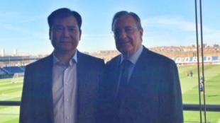 Zhang Jindong posa con Florentino Pérez en Valdebebas