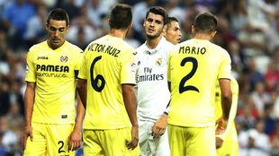 Morata, rodeado de jugadores del Villarreal en el duelo del Bernabéu.