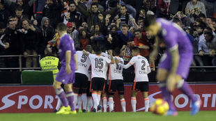 James y Carvajal, en Mestalla, tras un gol del Valencia el miércoles