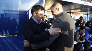Los entrenadores de Leganés y Deportivo se saludan.