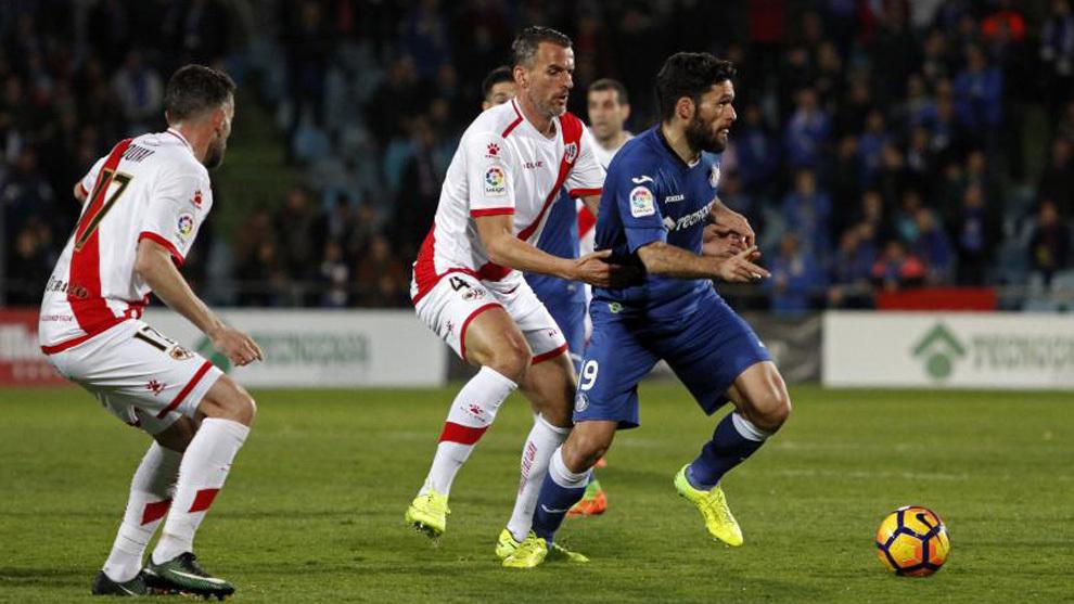 Antonio Amaya presiona a Jorge Molina durante el derbi madrileño