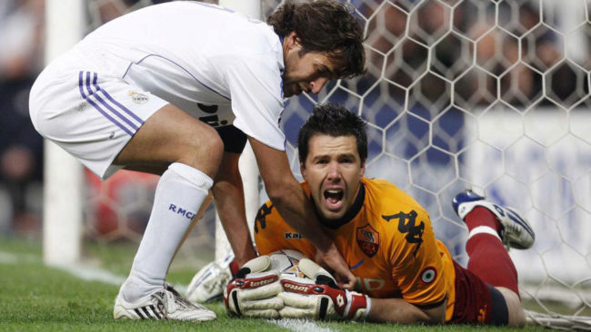 Doni retiene el balón ante Raúl.