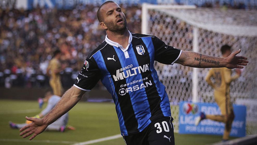 Emanuel Villa festeja tras marcar el 3-1.