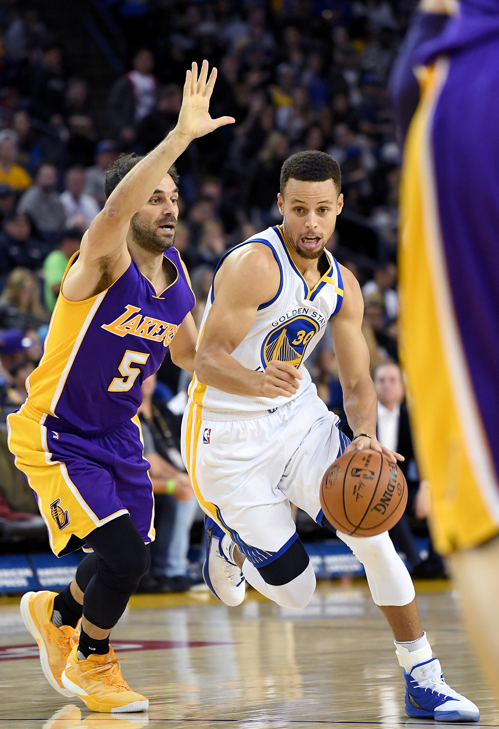 Stephen Curry (Warriors) defendido por José Manuel Calderón (Lakers)