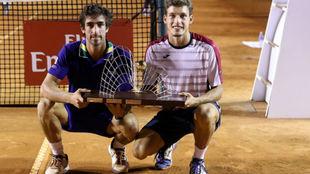 Cuevas y Carreño posan con el trofeo