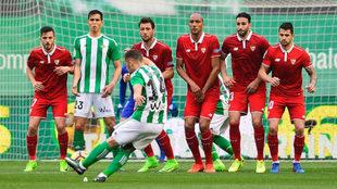 Durmisi golpea la falta del único gol del Betis en el derbi
