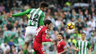 Piccini salta con Escudero para cabecear un balón durante el derbi