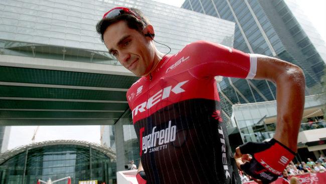 Alberto Contador, antes de la salida de una etapa del Abu Dhabi Tour