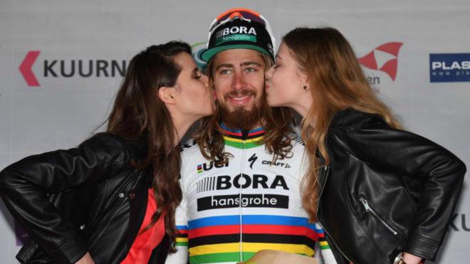 Sagan recibe el beso de las azafatas en el podio