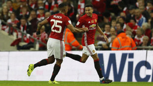 Lingard celebra con Valencia su gol al Southampton.