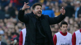 Simeone hace gestos durante una jugada del partido de ayer.