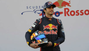 Carlos Sainz, posando en la presentación del STR12