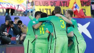 Los jugadores del Barcelona celebran el gol de Messi.