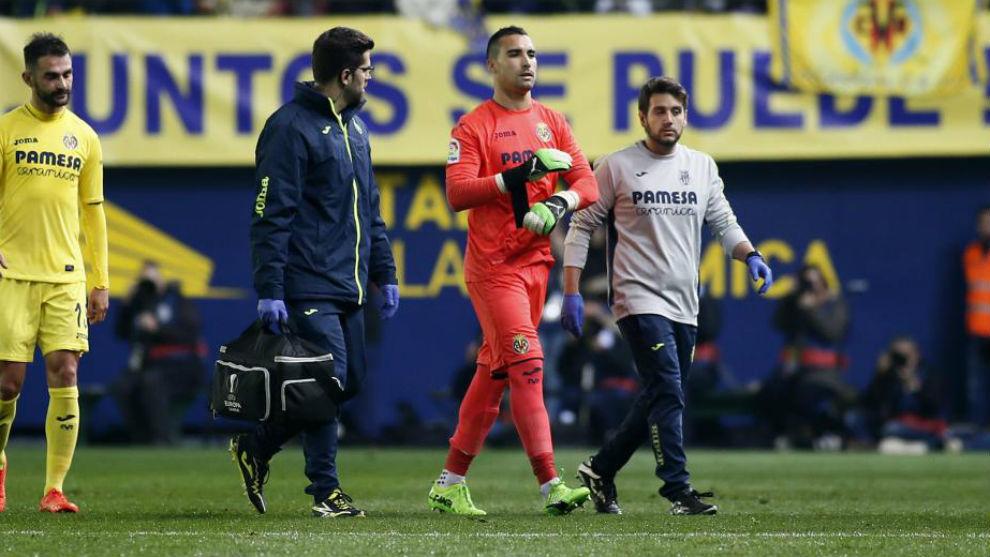 Asenjo sale del campo ante el Madrid.