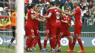 Los jugadores del Sevilla celebran el gol de Iborra al Betis.
